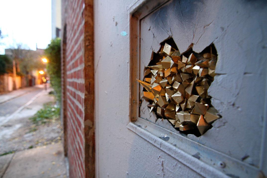 street-art-cristalli-geodi-installazioni-muri-città-Paige-Smith-6