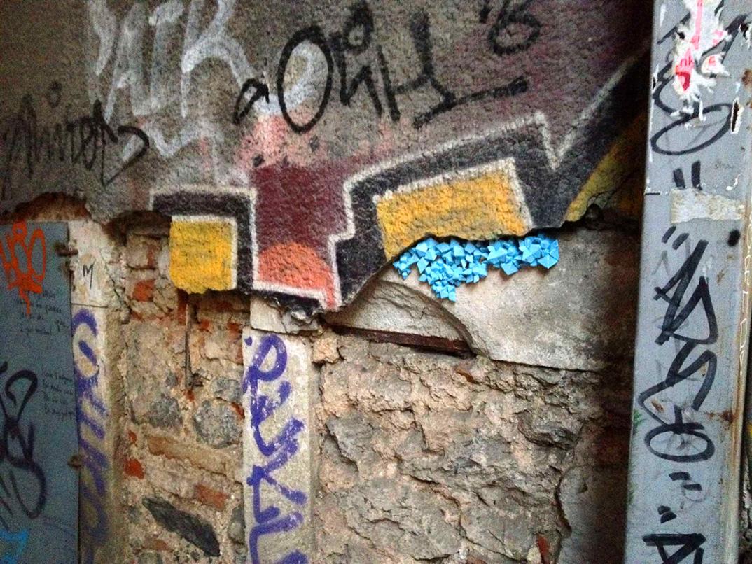 street-art-cristalli-geodi-installazioni-muri-città-Paige-Smith-8