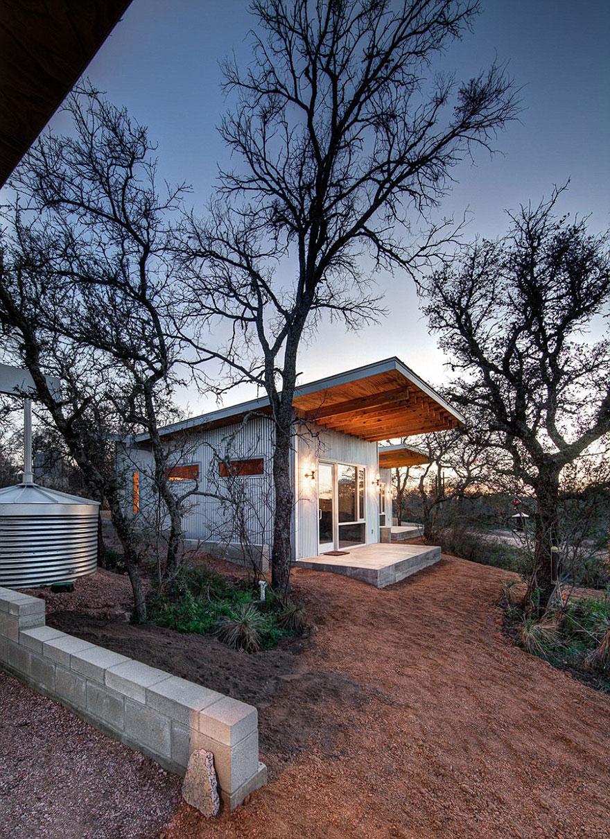 4-coppie-amici-vivono-insieme-villaggio-sostenibile-texas-04