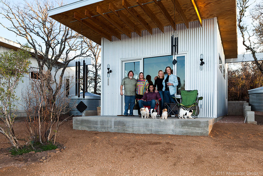 4-coppie-amici-vivono-insieme-villaggio-sostenibile-texas-05