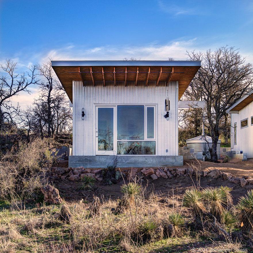 4-coppie-amici-vivono-insieme-villaggio-sostenibile-texas-06