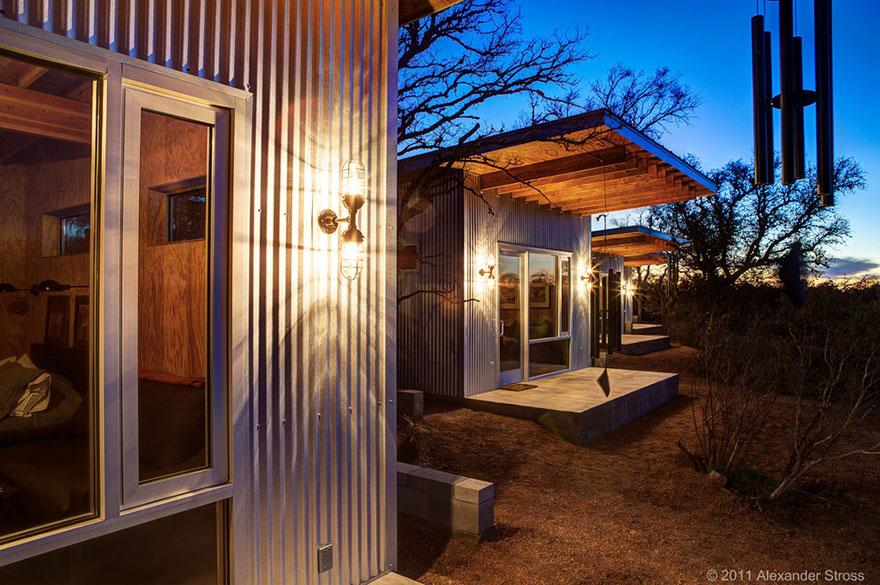 4-coppie-amici-vivono-insieme-villaggio-sostenibile-texas-10