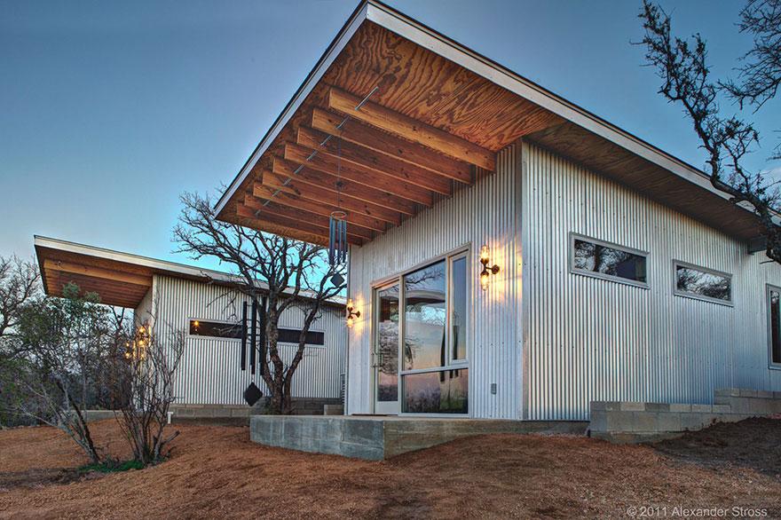 4-coppie-amici-vivono-insieme-villaggio-sostenibile-texas-14