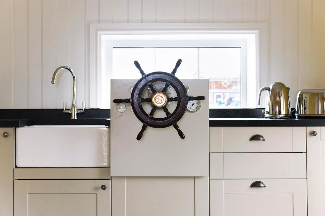 casa-galleggiante-londra-case-strane-airbnb-11