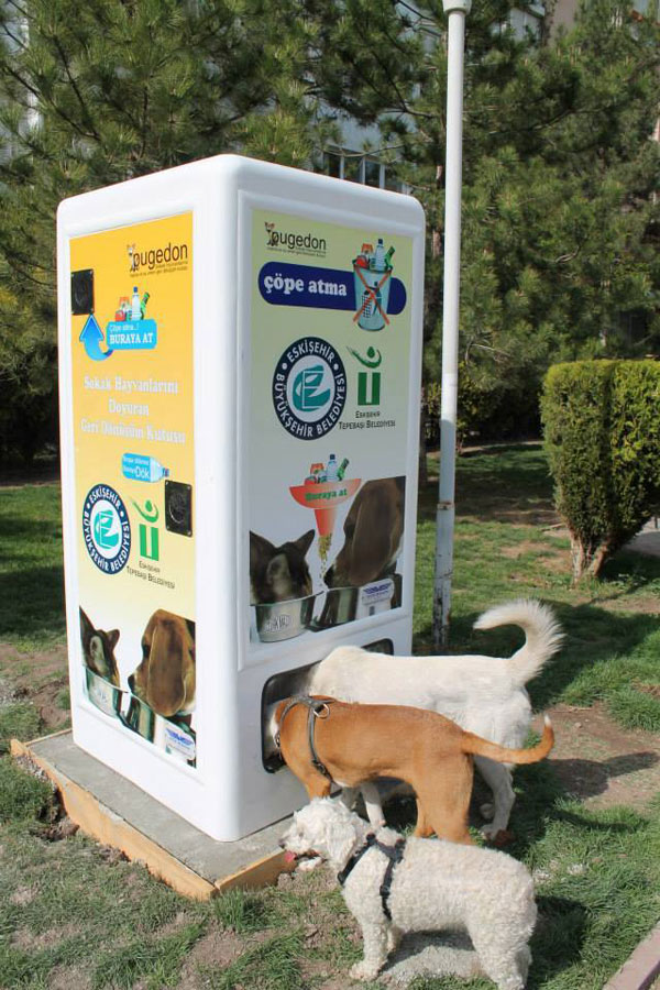 distributore-automatico-cibo-per-cani-in-cambio-di-bottiglie-istanbul-07