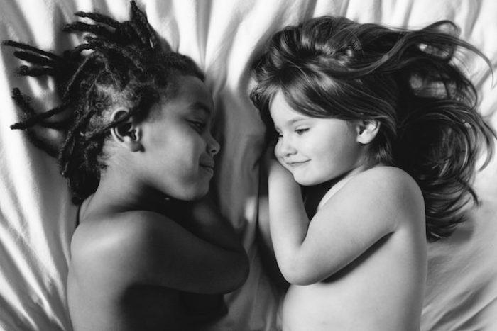 due-bambine-sorelle-bianca-nera-adottata-amore-anna-larson-01
