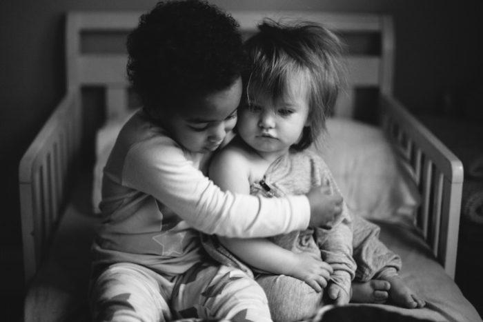 due-bambine-sorelle-bianca-nera-adottata-amore-anna-larson-02