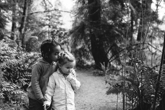 due-bambine-sorelle-bianca-nera-adottata-amore-anna-larson-03