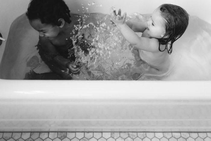due-bambine-sorelle-bianca-nera-adottata-amore-anna-larson-06