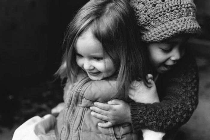 due-bambine-sorelle-bianca-nera-adottata-amore-anna-larson-07
