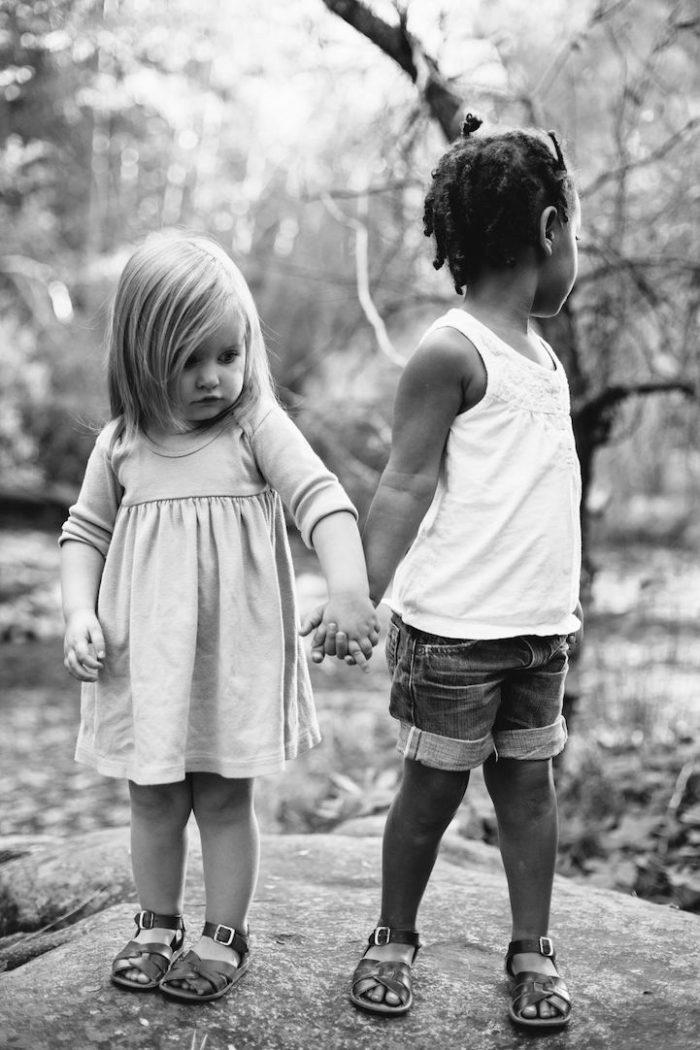 due-bambine-sorelle-bianca-nera-adottata-amore-anna-larson-08