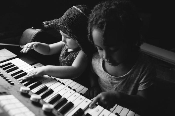 due-bambine-sorelle-bianca-nera-adottata-amore-anna-larson-09
