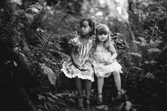 due-bambine-sorelle-bianca-nera-adottata-amore-anna-larson-10