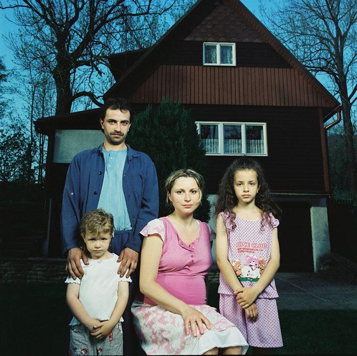 ritratti-fotografici-donna-con-diversi-uomini-famiglie-dita-pepe-02