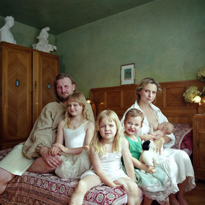 ritratti-fotografici-donna-con-diversi-uomini-famiglie-dita-pepe-08