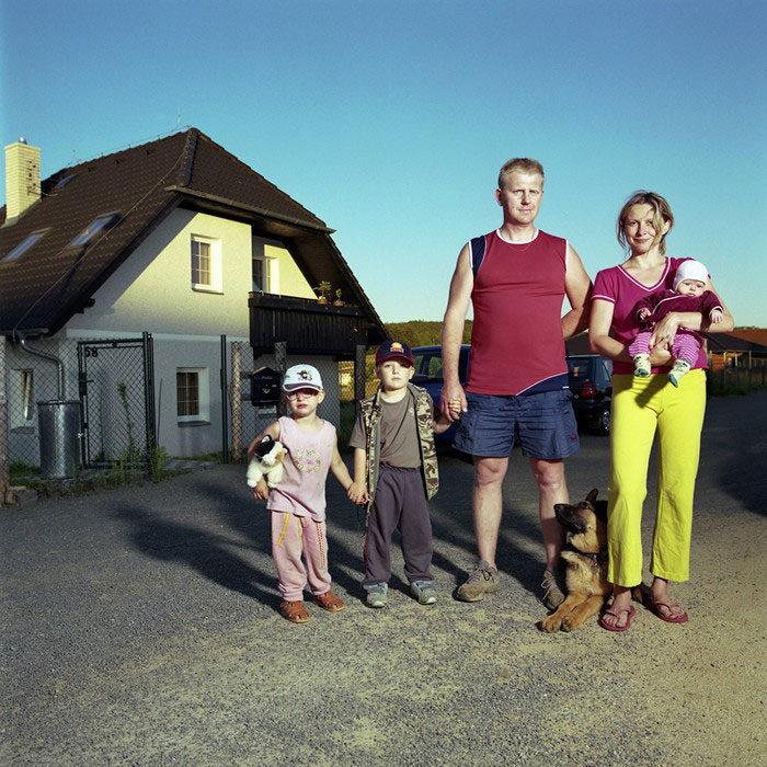ritratti-fotografici-donna-con-diversi-uomini-famiglie-dita-pepe-10