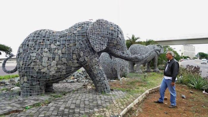 sculture-elefanti-rete-metallica-pietre-andries-botha-1