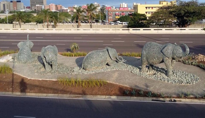 sculture-elefanti-rete-metallica-pietre-andries-botha-7