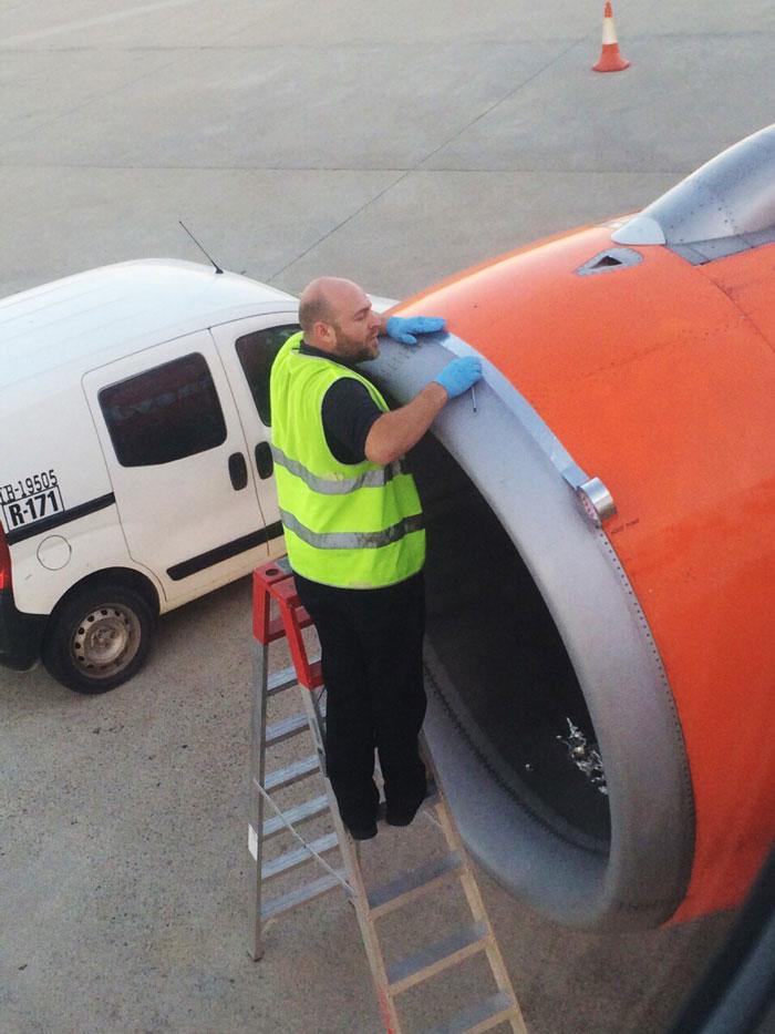 aereo-di-linea-easyjet-nastro-adesivo-adam-wood-tweet-1