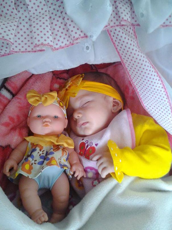bambini-bambole-uguali-02