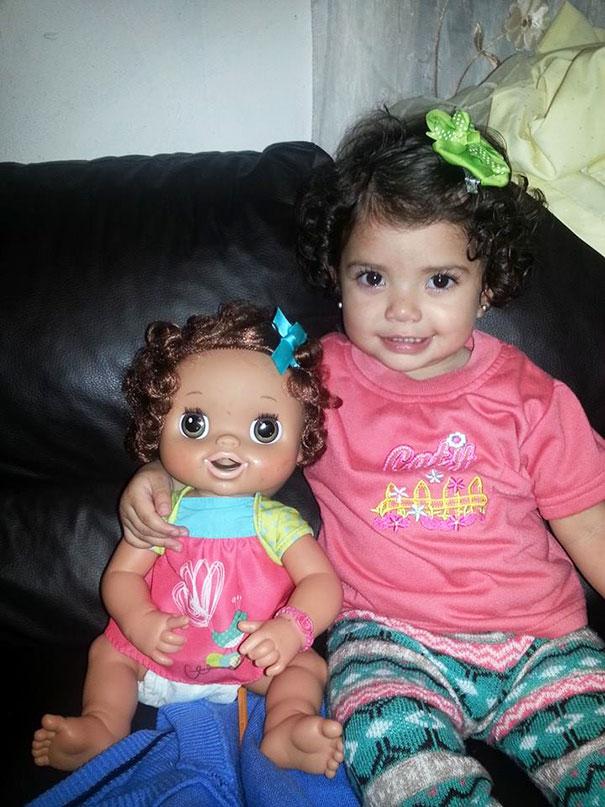 bambini-bambole-uguali-03