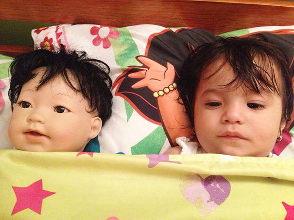 bambini-bambole-uguali-06
