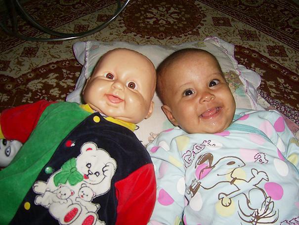 bambini-bambole-uguali-08