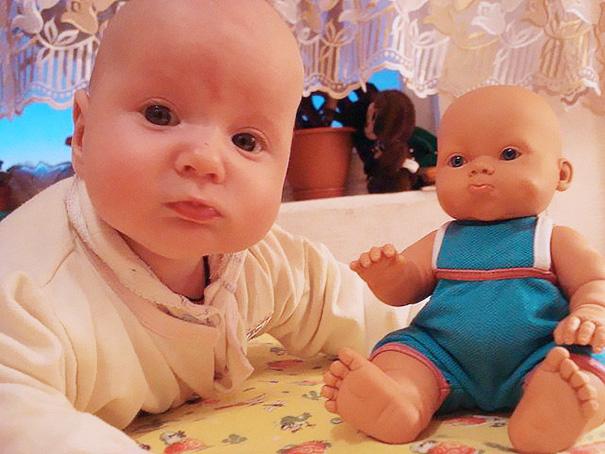 bambini-bambole-uguali-11