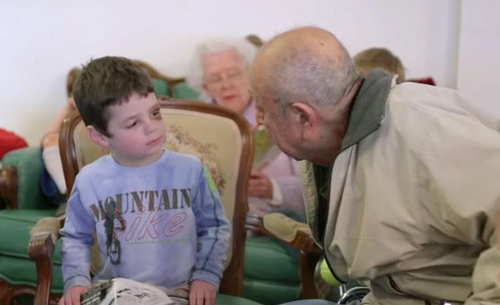 bambini-scuola-materna-anziani-casa-di-riposo-05
