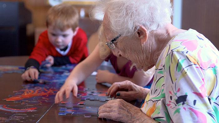 bambini-scuola-materna-anziani-casa-di-riposo-07