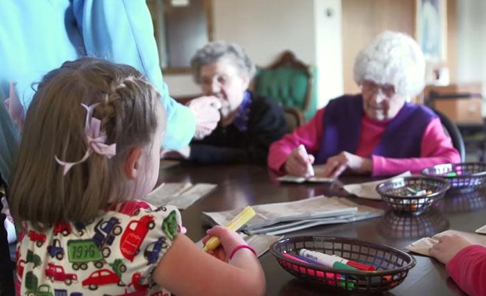 bambini-scuola-materna-anziani-casa-di-riposo-21