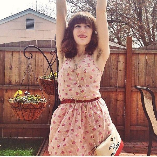 donne-che-mostrano-peli-ascelle-colorati-moda-tendenza-instagram-21
