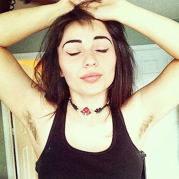 donne-che-mostrano-peli-ascelle-colorati-moda-tendenza-instagram-22