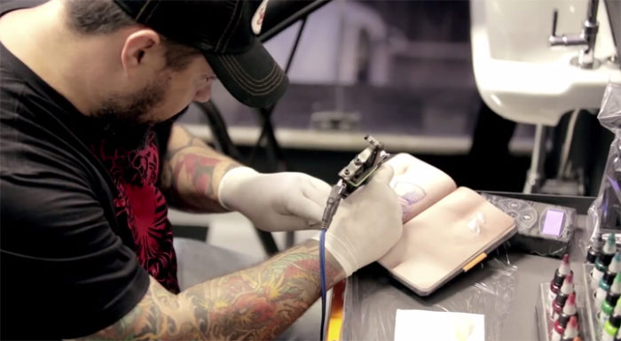 libro-pagine-finta-pelle-umana-skinbook-tatuaggi-tatuatori-1