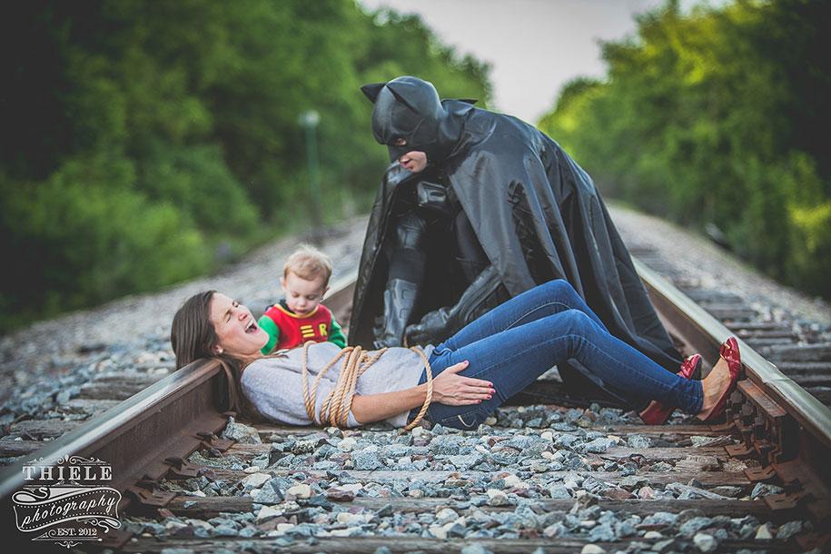Eccezionale Una mamma creativa organizza servizio fotografico su Batman e  XW91