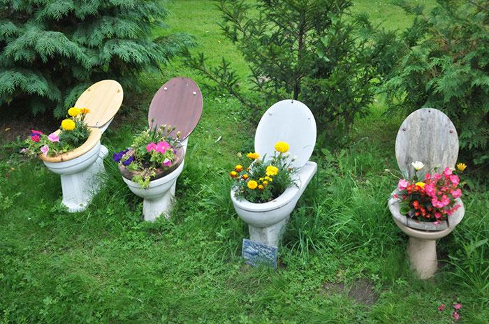 ... vostri mobili vecchi in un giardino incantato con vasi e fioriere