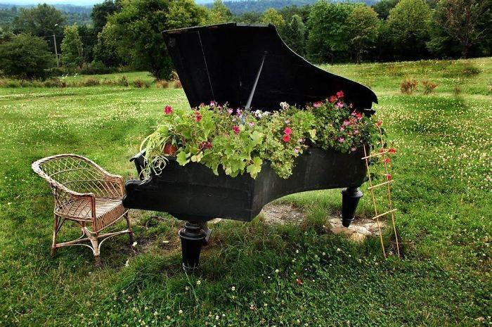 27 modi per riciclare i vostri mobili vecchi in un for Idee fioriere giardino