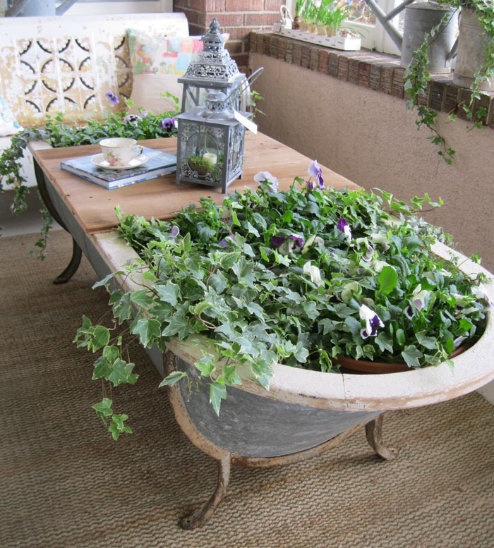 ... mobili vecchi in un giardino incantato con vasi e fioriere - KEBLOG