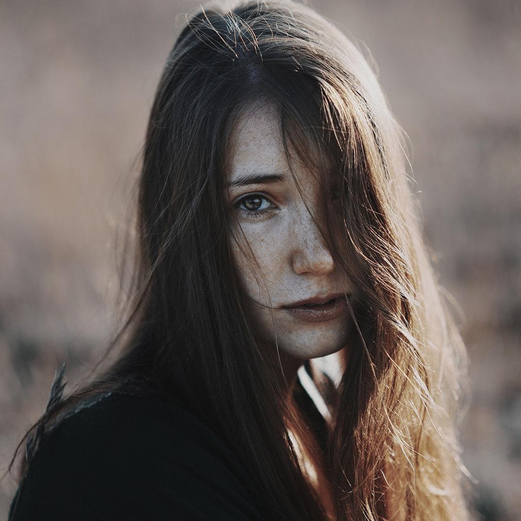 ritratti-donne-ragazze-ombre-luce-naturale-fotografia-alessio-albi-03