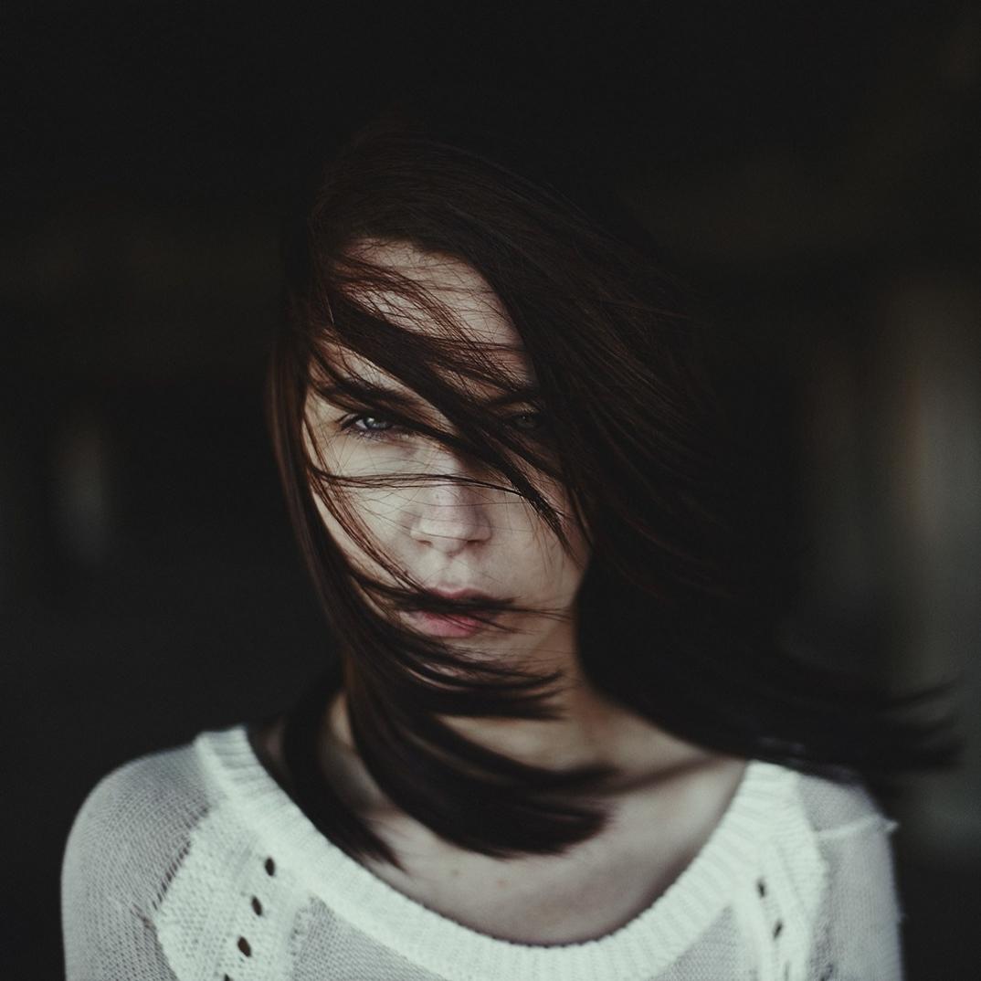 ritratti-donne-ragazze-ombre-luce-naturale-fotografia-alessio-albi-05