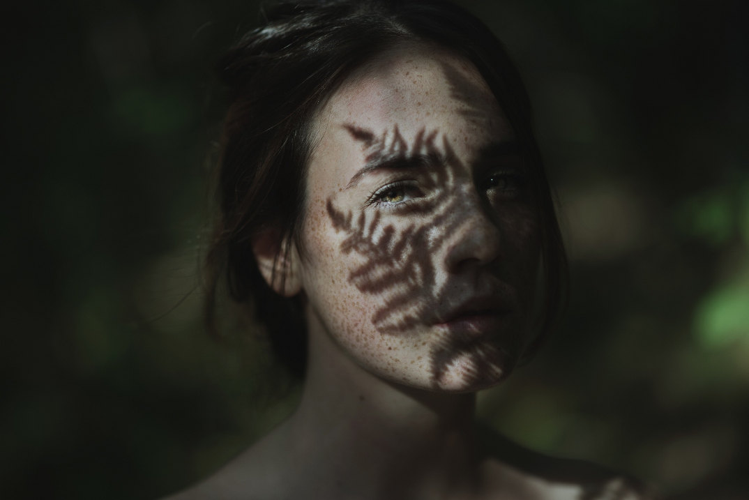 ritratti-donne-ragazze-ombre-luce-naturale-fotografia-alessio-albi-06