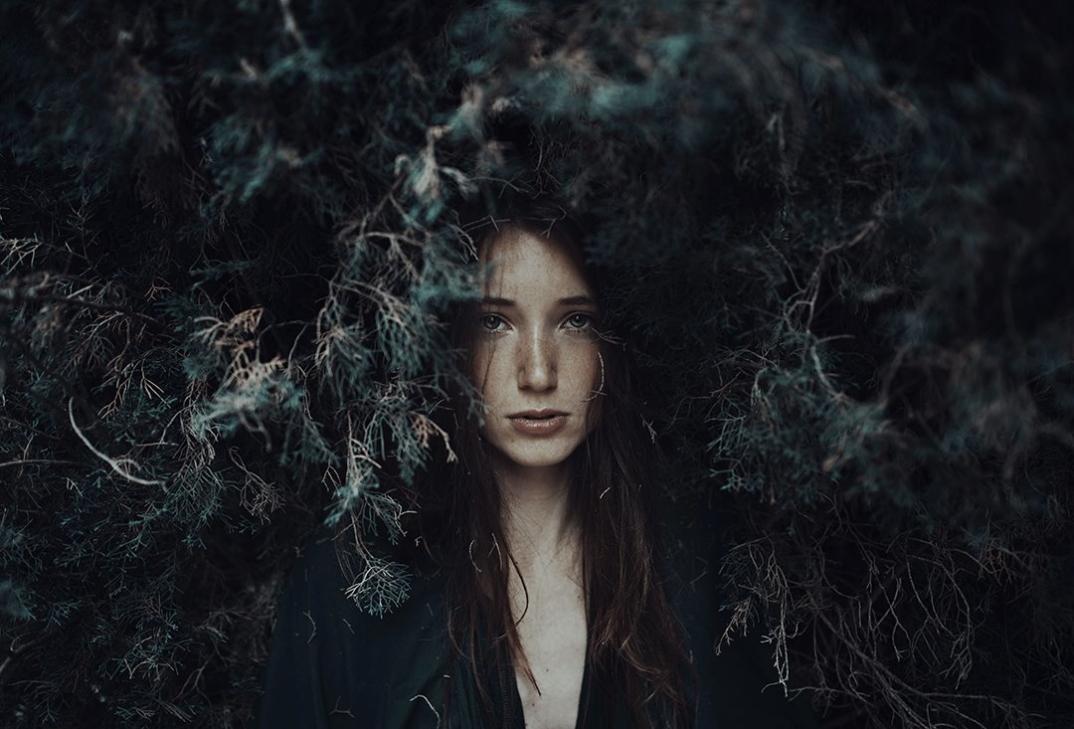 ritratti-donne-ragazze-ombre-luce-naturale-fotografia-alessio-albi-10