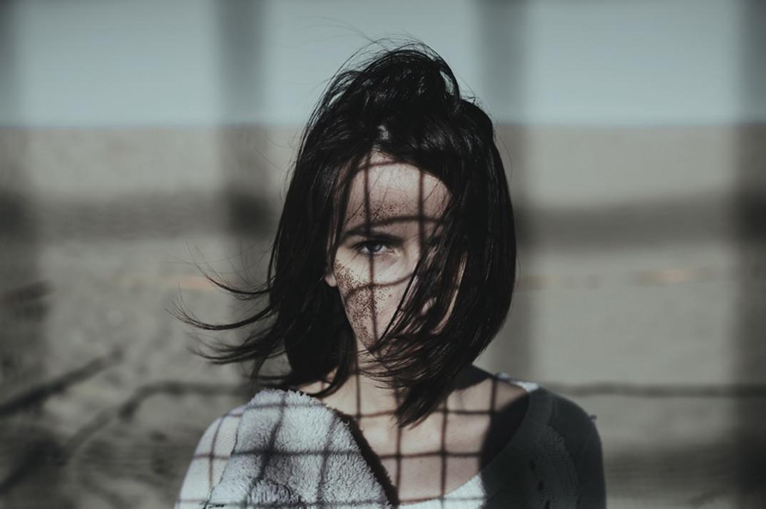 ritratti-donne-ragazze-ombre-luce-naturale-fotografia-alessio-albi-12