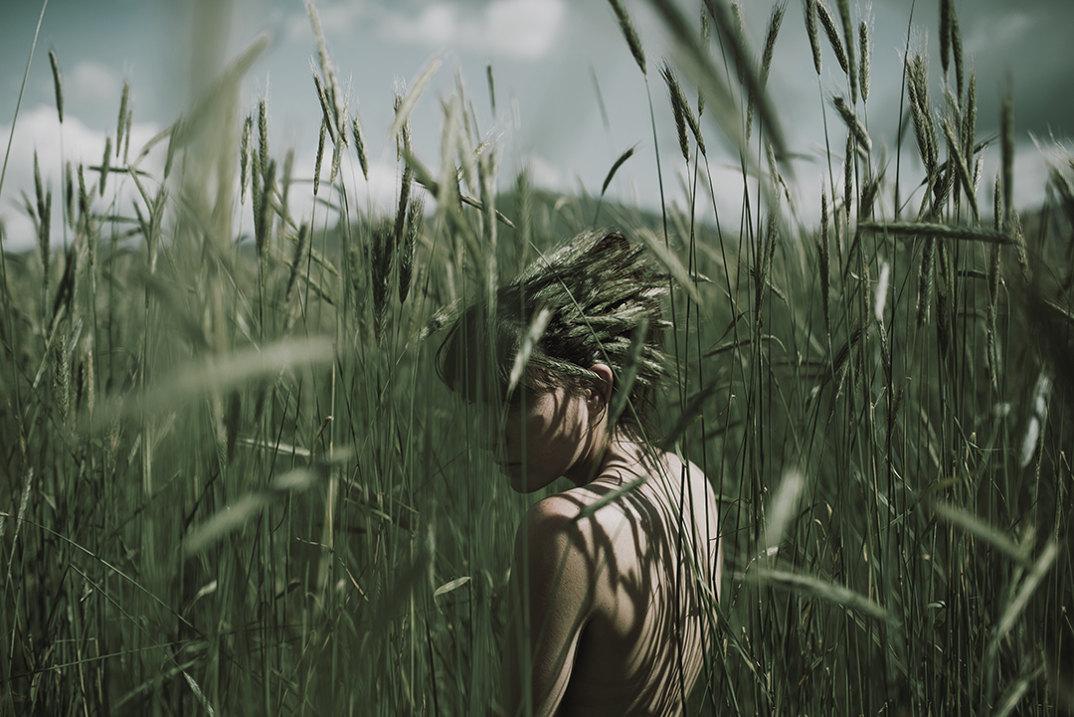 ritratti-donne-ragazze-ombre-luce-naturale-fotografia-alessio-albi-13
