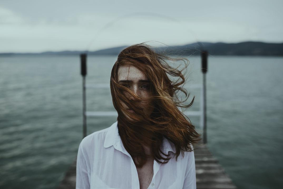ritratti-donne-ragazze-ombre-luce-naturale-fotografia-alessio-albi-14