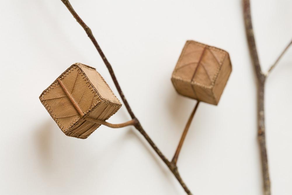 sculture-foglie-secche-uncinetto-filo-arte-susanna-bauer-07