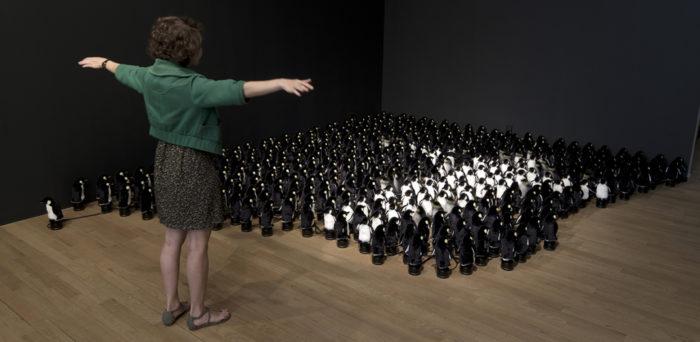 specchio-interattivo-pinguini-peluche-daniel-rozin-1