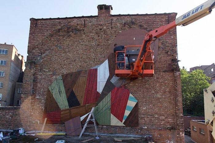 street-artist-utilizza-porte-legno-riciclato-murales-giganti-stefaan-de-crook-strook-4