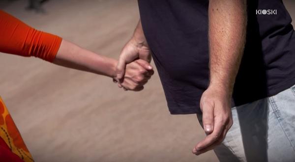 uomo-hiv-posito-esperimento-sociale-toccami-reazione-persone-video-07