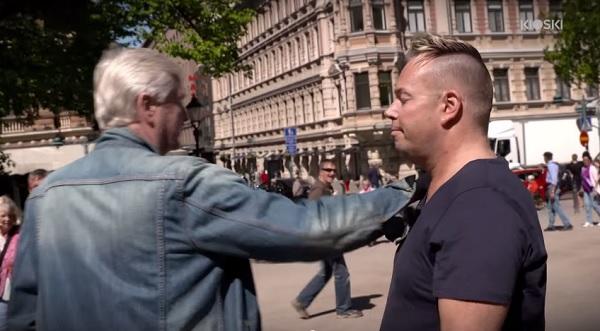 uomo-hiv-posito-esperimento-sociale-toccami-reazione-persone-video-09